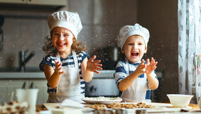 Kinderen die bakken